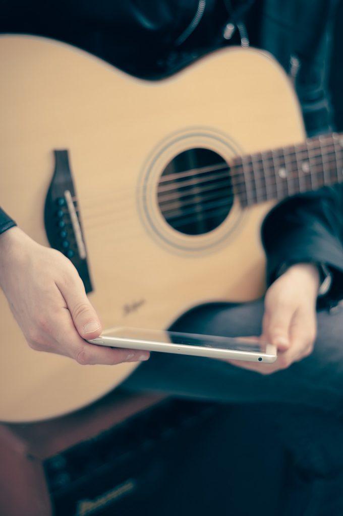 kitara ja älypuhelin